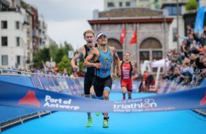 L'incredibile sprint finale della gara maschile nell'ITU World Cup di Anversa 2018, con il belga Jelle Geens davanti a tutti (Foto ©ITU Media / Tommy Zaferes)