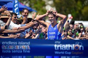 L'azzurro Delian Stateff, per la prima volta, sale sul gradino più alto del podio di una prova di CoppaMondo. E lo fa a Cagliari nella 6^ tappa dell'ITU Triathlon World Cup 2018 (Foto ©ITU Media / Janos Schmidt)