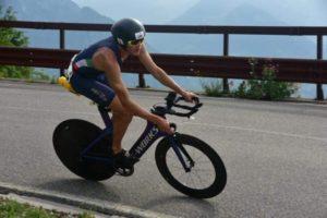 Marcello Ugazio conquista la leadership dei Campionati Italiani di triathlon medio all'inizio della frazione ciclistica