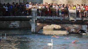 Il suggestivo passaggio della frazione di nuoto dell'Oakley TriO Sirmione (Foto ©Marco Bardella)