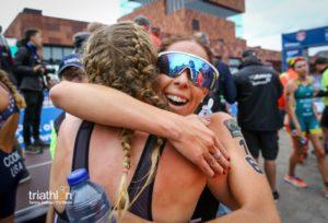 L'abbraccio tra Verena Steinhauser e Ilaria Zane, sesta all'ITU Triathlon World Cup di Anversa 2018 (Foto ©Tommy Zaferes)