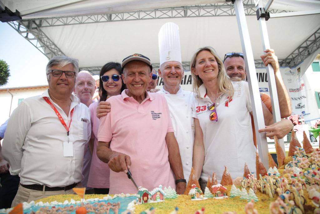 Dante Armanini e la sua fantastica torta del Triathlon Internazionale di Bardolino