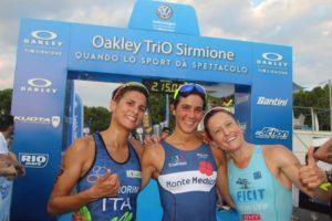 Il sorriso delle tre protagoniste assolute dell'Oakley TriO Sirmione 2018: (da sinistra) Veronica Signorini (Triathlon Cremona Stradivari), Eva Serena (333 Triathlon) e Martina Dogana (Martina Dogana Triathlon Team) - Foto ©Marco Bardella)