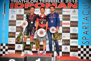 Il podio maschile dell'Idroman 2018 - Triathlon Olimpico (Foto ©Dani Fiori)
