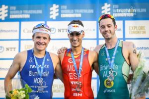 Nell'ITU World Triathlon Edmonton lo spagnolo Mario Mola precede al traguardo il norvegese Kristian Blummenfelt e l'australiano Jacob Birtwhistle (Foto ©ITU Media / Wagner Araujo)