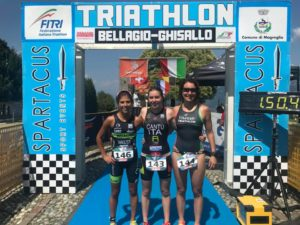 Giorgia Cantù (Raschiani Triathlon Pavese) precede al traguardo del Triathlon Hard Sprint del Ghisallo 2018 Sara Speroni (Varese Triathlon) e Federica Rainolter (707 Triathlon)