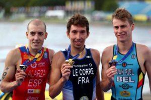 Il podio maschile del Campionato Europeo di triathlon disputato a Glasgow venerdì 10 agosto 2018: lo spagnolo Fernando Alarza (2°), il francese Pierre Le Corre (1°) e il belga Marten Van Riel (3°) - Foto ©Dan Istitene/Getty Images)