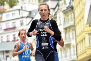 A Karlovy Vary (Repubblica Ceca) l'atleta di casa Vendula Frintova si aggiudica la tappa di Coppamondo ITU di triathlon davanti all'estone Kaidi Kivioja e all'italiana Anna Maria Mazzetti (foto ©ITU Media / Janos Schimidt)