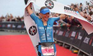 La britannica Lucy Gossage sale sul gradino più alto del podio dell'Ironman Wales 2018