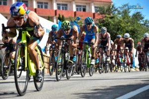 Gli azzurri Gianluca Pozzatti, Gregory Barnaby e Alessandro Fabian nel gruppo di testa durante la frazione ciclistica dell'ITU Triathlon World Cup a Weihai, in Cina, sabato 22 settembre 2018 (Foto ©ITU Media / Janos Schmidt)