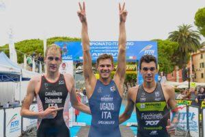Il podio maschile assoluto dei Campionati Italiani di triathlon olimpico 2018: Matthias Steinwandter (C.S. Carabinieri) 2°, Marcello Ugazio (Azzurra Triathlon Team) 1° e Luca Facchinetti (707) 3° (Foto ©FiTri / Tiziano Ballabio)
