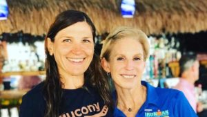 Elisabetta Villa, al suo 2° Ironman Hawaii, posa con Paula Newby-Fraser, uno dei miti della gara di Kona con ben 8 vittorie