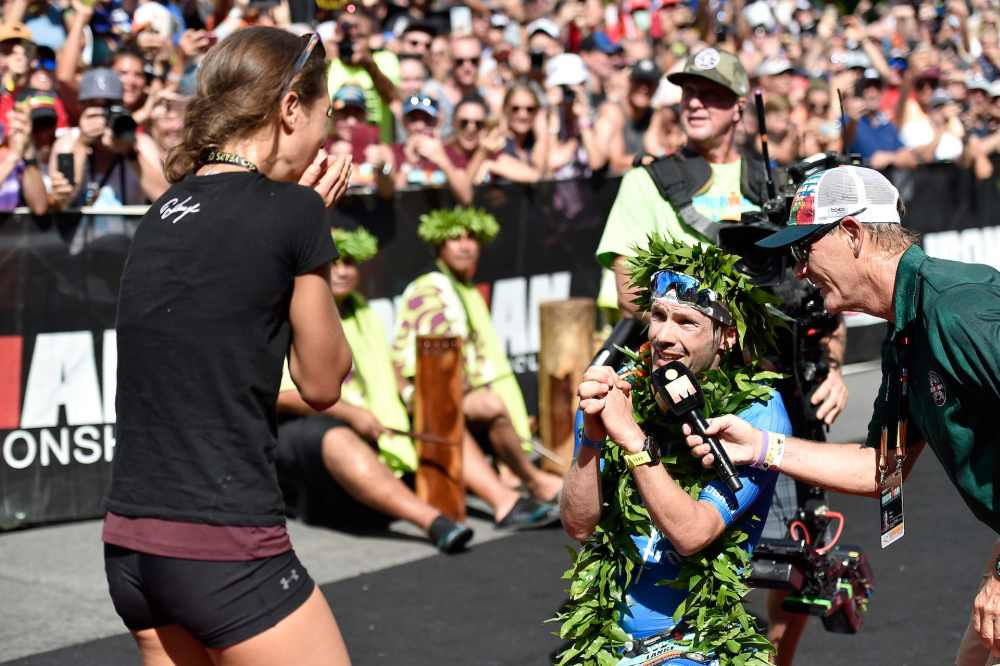 """Il tedesco Patrick Lange rivolge alla fidanzata Julia Hofmann la fatidica domanda: """"Do you want to marry me?"""" al traguardo dell'Ironman Hawaii World Championship 2018, dopo averlo vinto e aver fatto segnare il nuovo record del percorso: 7:52:39 (Foto ©Nils Nilsen/Getty Images for IRONMAN)"""