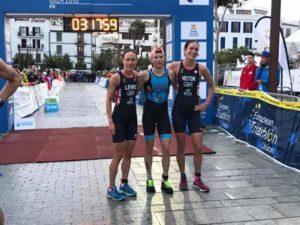 La belga AlexandraTondeur si aggiudica il Campionato Europeo di triathlon medio 2018, disputato a Ibiza (ESP), davanti alle britanniche Sarah Lewis e Alice Hector.