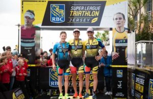 Il francese Vincent Luis sale sul gradino più alto del podio dell'Enduro del Super League Triathlon The Championship, corso sull'Isola di Jersey il 30 settembre 2018. Con lui festeggiano i sudafricani Henri Schoeman (2°) e Richard Murray (3°) - Foto ©Tom Shaw/Superleague Triathlon