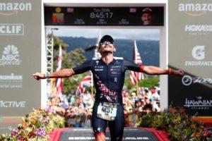 Il campione britannico Tim Don taglia il traguardo dell'Ironman Hawaii World Championship 2018 (Foto ©Al Bello/Getty Images for IRONMAN)