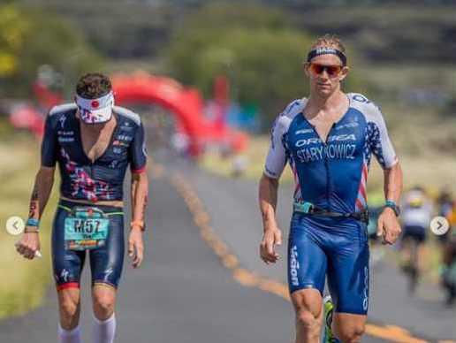 Andrew Starykowicz raggiunge Tim Don nella maratona dell'Ironman Hawaii World Championship 2018 e, vedendolo in difficoltà, lo aspetta e prosegue al suo fianco per un tratto (Foto ©TriJuice)
