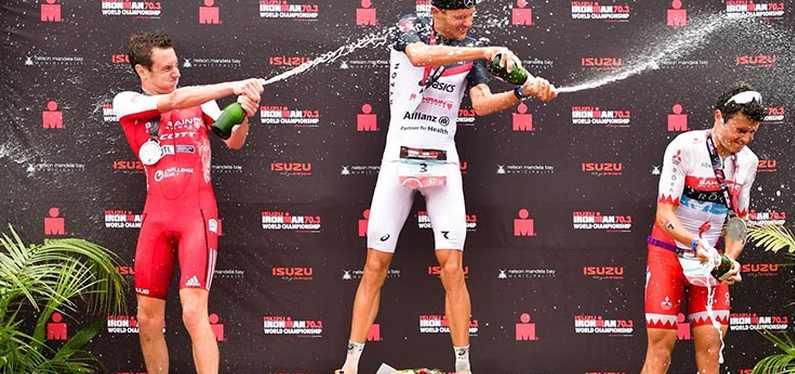 Il podio maschile dell'Ironman 70.3 World Championship 2018: Jan Frodeno è primo, davanti ad Alistair Brownlee e Javier Gomez (Foto ©IRONMAN)
