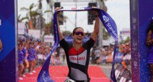 L'atleta di casa Anna Watkinson vince l'Ironman 70.3 South Africa il 27 gennaio 2019.