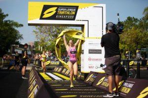 La statunitense Katie Zaferes vince la prima giornata della finale di Super League Triathlon 2018-2019, a Singapore.