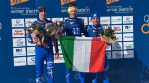 L'azzurro Franco Pesavento è oro ai Mondiali U23 di winter triathlon 2019. Il russo Aleksandr Vasilev è argento, l'altro azzurro Alessandro Seravalle è bronzo (Foto ©Comitato Organizzatore).