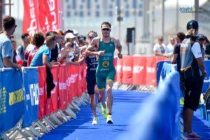 Il duello finale tra Jacob Birtwhistle ed Eli Hemming, a colpi di secondi, che premierà il primo consegnando all'Australia la vittoria nell'ITU Mixed Relay Series 2019 di Abu Dhabi (Foto ©ITU Media /Janos Schmidt).