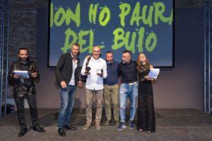 """Daniel Hofer premia Loris Cappanna, triatleta non vedente, nella categoria """"Paratriathlon"""" (Foto ©FCZ.it Mondo Triathlon / Roberto Del Bianco)."""