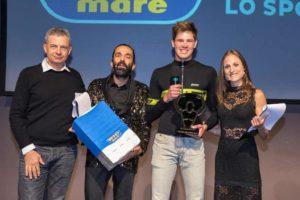 """Marcello Ugazio riceve la statuetta di """"Triatleta dell'Anno 2018"""" da Claudio Fantini, titolare del Fantini Club di Cervia (Foto ©FCZ.it Mondo Triathlon / Roberto Del Bianco)."""
