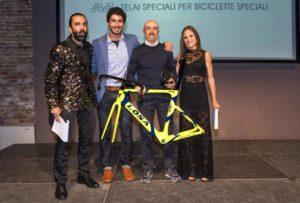 """Mauro Ciarrocchi ritira il premio """"Kona"""". A premarlo Daniele Vecchioni, ideatore del metodo """"Correre Naturale"""" (Foto ©FCZ.it Mondo Triathlon / Roberto Del Bianco)."""