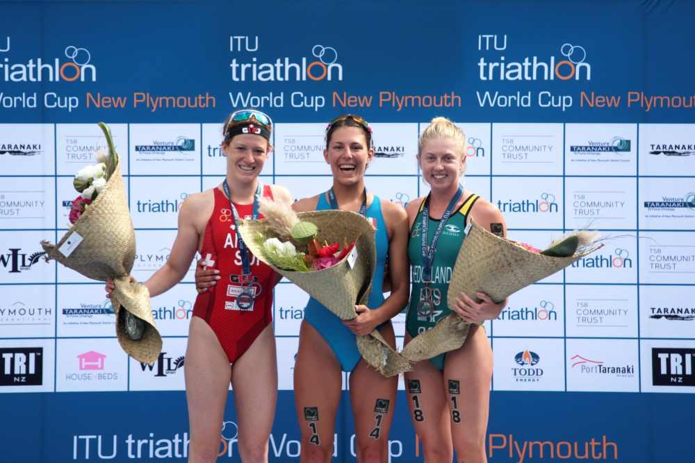 Il podio femminile dell'ITU Triathlon World Cup, a New Plymouth (Foto ©ITU Media / Jo Caird).