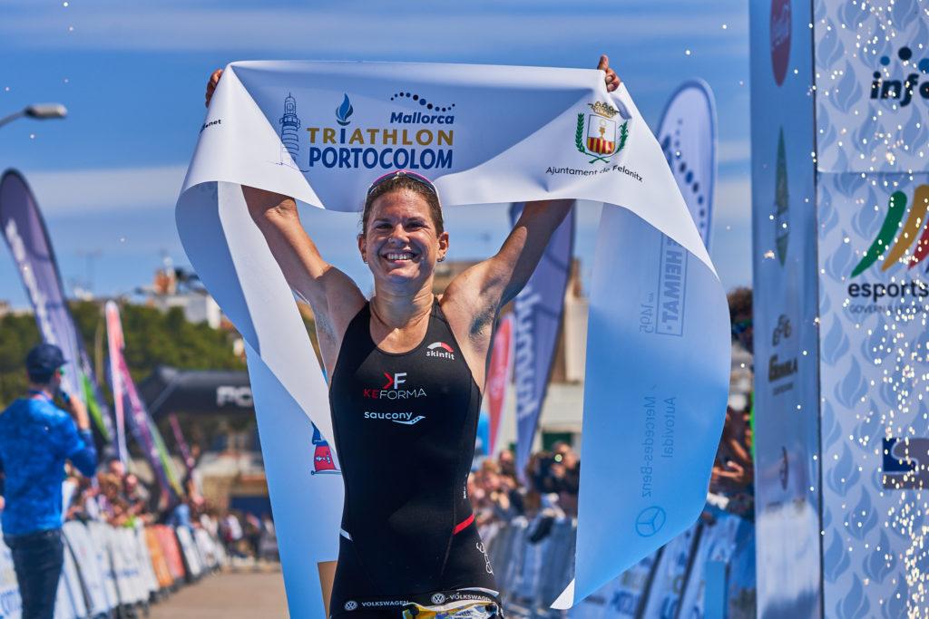 Emma Bilham vince l'edizione 2019 del Triathlon de Portolocom