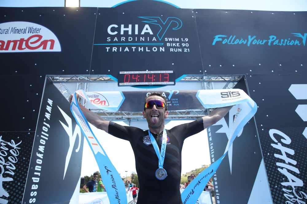 Il belga Marino Vanhoenacker vince il Chia Sardinia Triathlon 2019 (Foto ©Giancarlo Colombo).