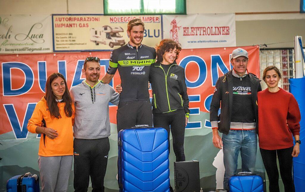 Il podio assoluto del Duathlon Valtenesi 2019 (Foto: Fotostudio3.com)