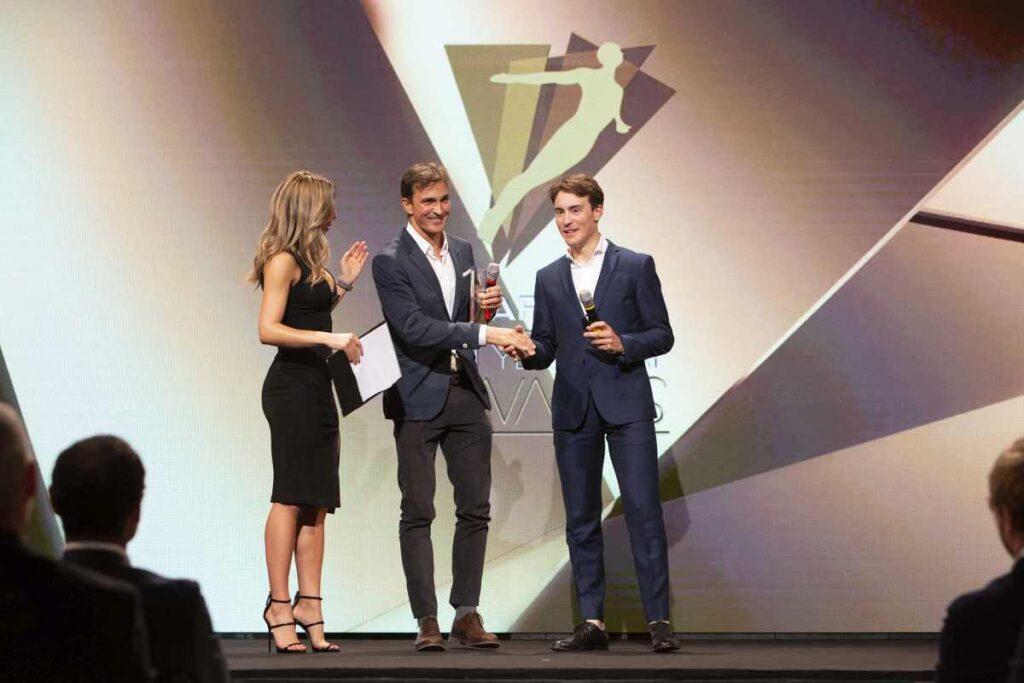 Daniel Fontana (DDS Triathlon Team) riceve il Garmin Beat Yesterday Award 2019 dalle mani del ciclista pro Alberto Bettiol.