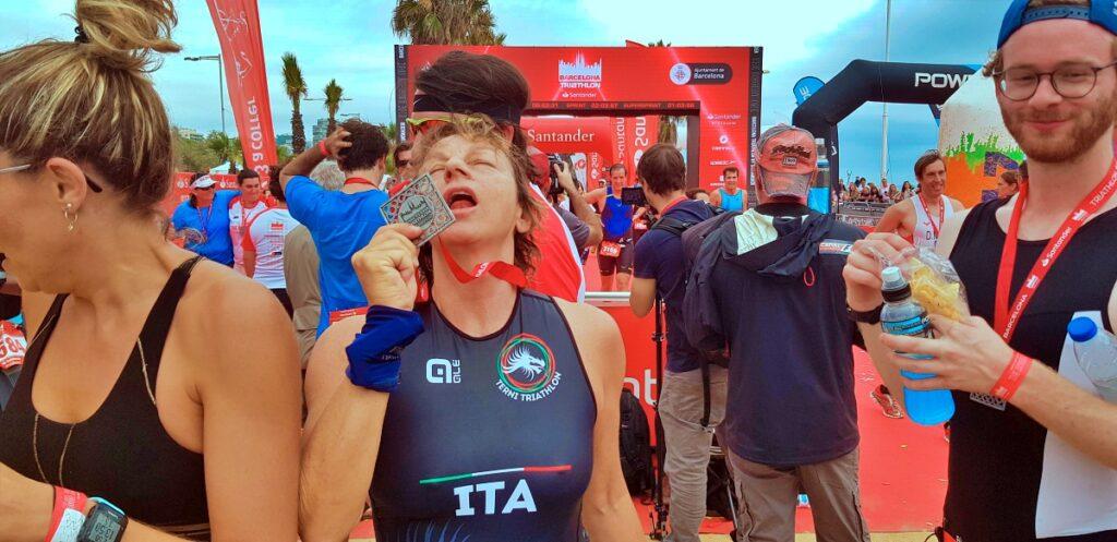 Gianna Nannini e il bacio della sua prima medaglia da triatleta conquistata al Barcelona Triathlon 2019