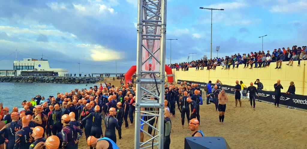 Il pubblico e i triatleti sulla spiaggia pronti a partire per il loro Barcelona Triathlon 2019