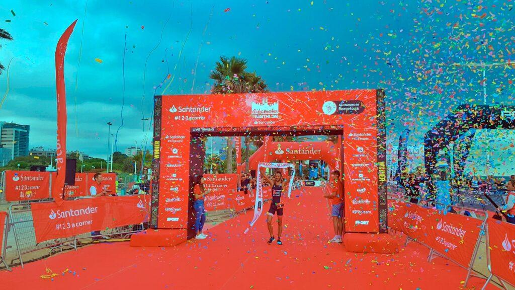 L'arrivo di Francesc Godoy, vincitore della distanza olimpica al Barcelona Triathlon 2019