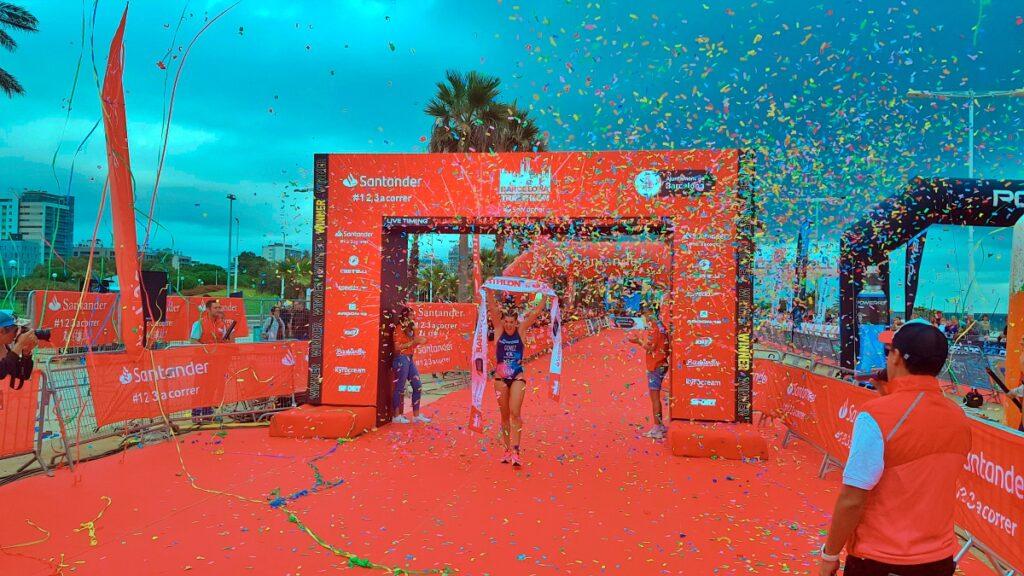 L'arrivo di Laura Gomez Ramon, vincitrice della distanza olimpica al Barcelona Triathlon 2019