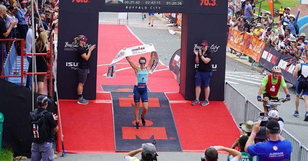 Flora Duffy vince l'Ironman 70.3 South Africa, la sua prima gara sulla distanza.
