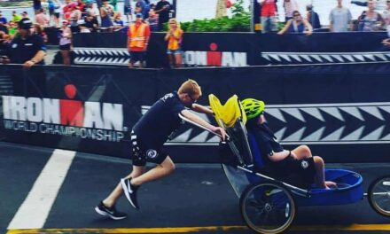 """Straordinario Noah: """"Mai un triathlon senza Lucas""""… E così a ogni gara spinge fino al traguardo il fratellino disabile"""