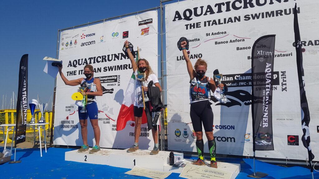 Il podio femminile dell'Aquaticrunner 2020: vince Samantha De Stefano davanti ad Adelaide Cappellini e Daniela Calvino (Foto: Dario Daddo Nardone / Mondotriathlon.it)
