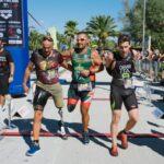 L'arrivo del paratriatleta Salvatore Aiello, sorretto dai suoi compagni di fatica Andrea Miniati e Alessandro Carvani Minetti, al Civitanova Triathlon del 6 settembre 2020