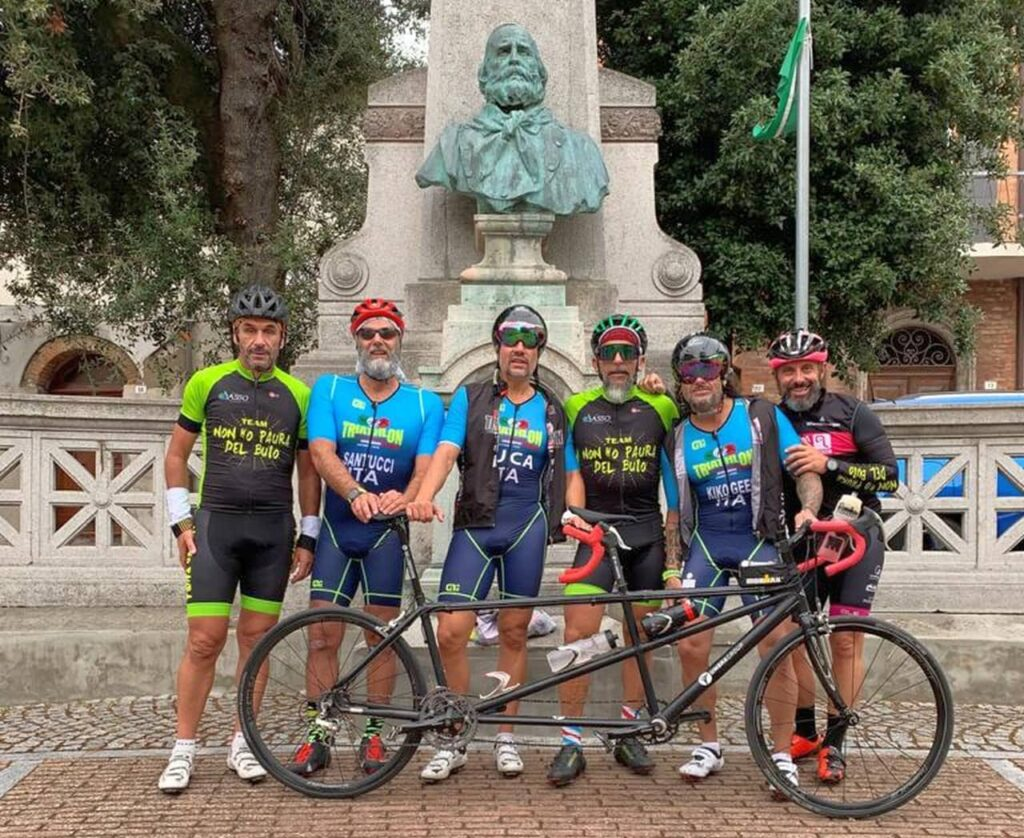 Luca Aiello, in centro, con il gruppo di amici che l'ha accompagnato nei 90K bike del suo Ironman 70.3 Italy Cervia OFF