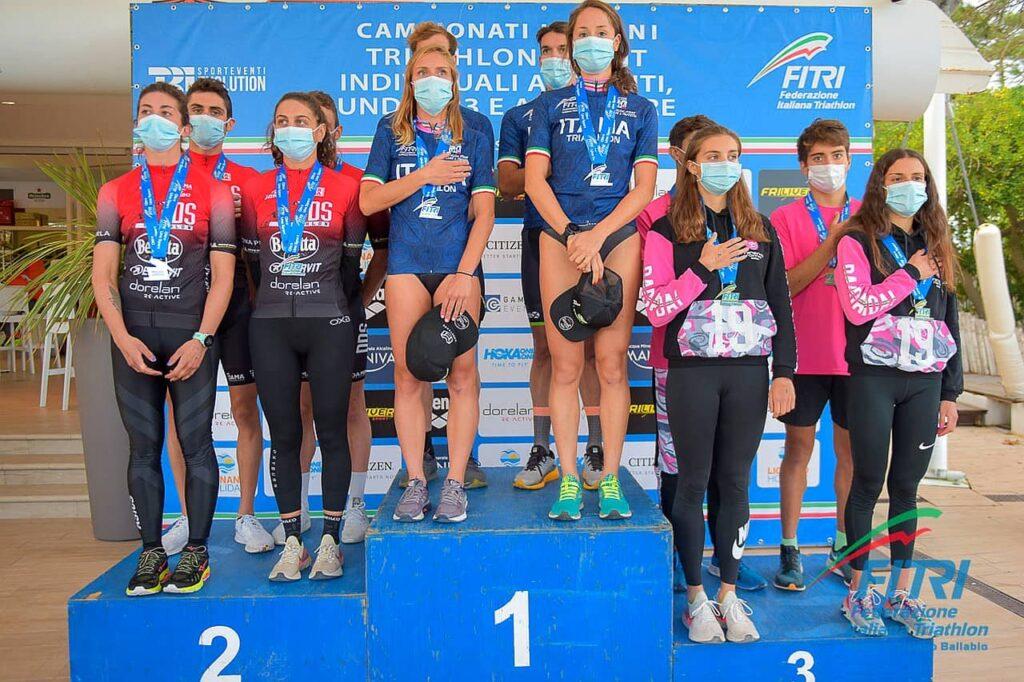 Podio Campionati Italiani Triathlon Sprint 2020 Lignano Sabbiadoro Squadre: titolo al 707 Triathlon davanti a DDS e Minerva Roma