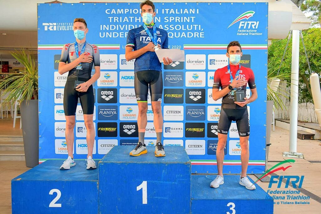 Podio Campionati Italiani Triathlon Sprint 2020 Lignano Sabbiadoro: vince Gianluca Pozzatti (707) davanti ad Alessio Crociani (TTR) e Michele Sarzilla (DDS)