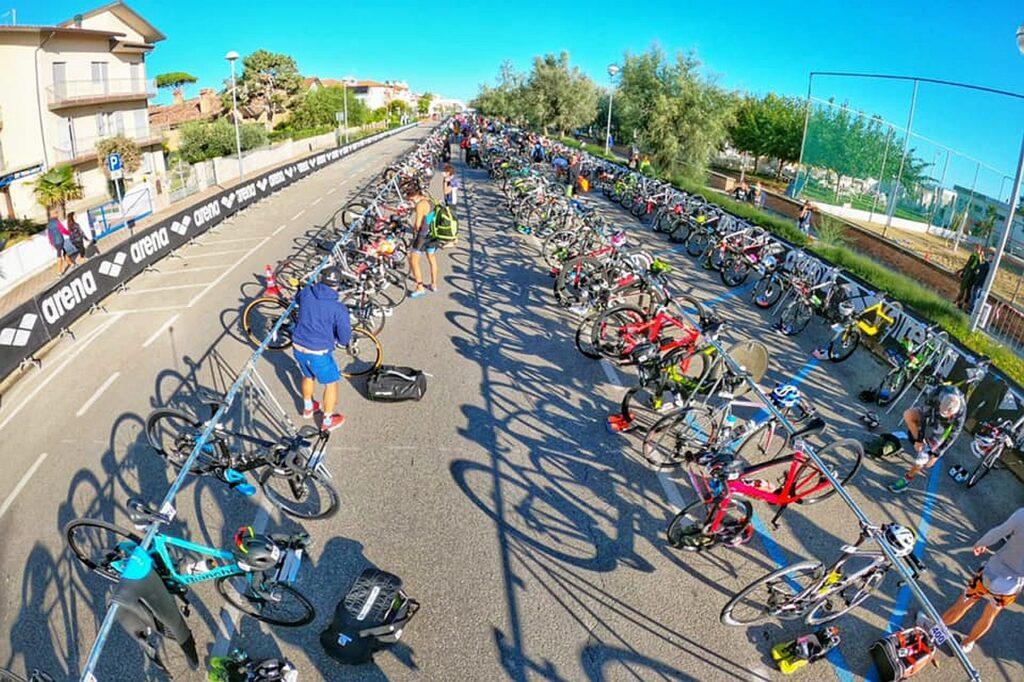 La zona cambio del V Triathlon Sprint Città di Cervia Fantini Club (Foto: Roberto Del Bianco)