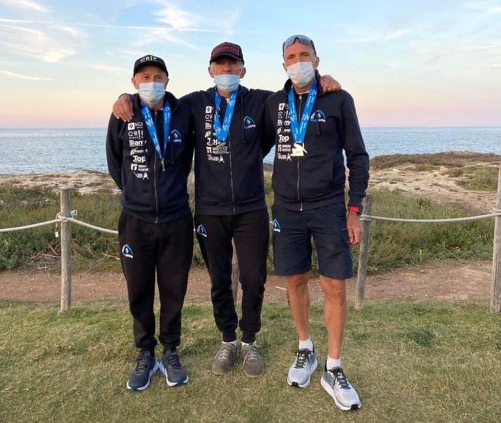 Eros Tassinari, campione italiano M8 di triathlon medio 2020, insieme ai compagni di squadra Michele Vanzi e Massimo Torsani