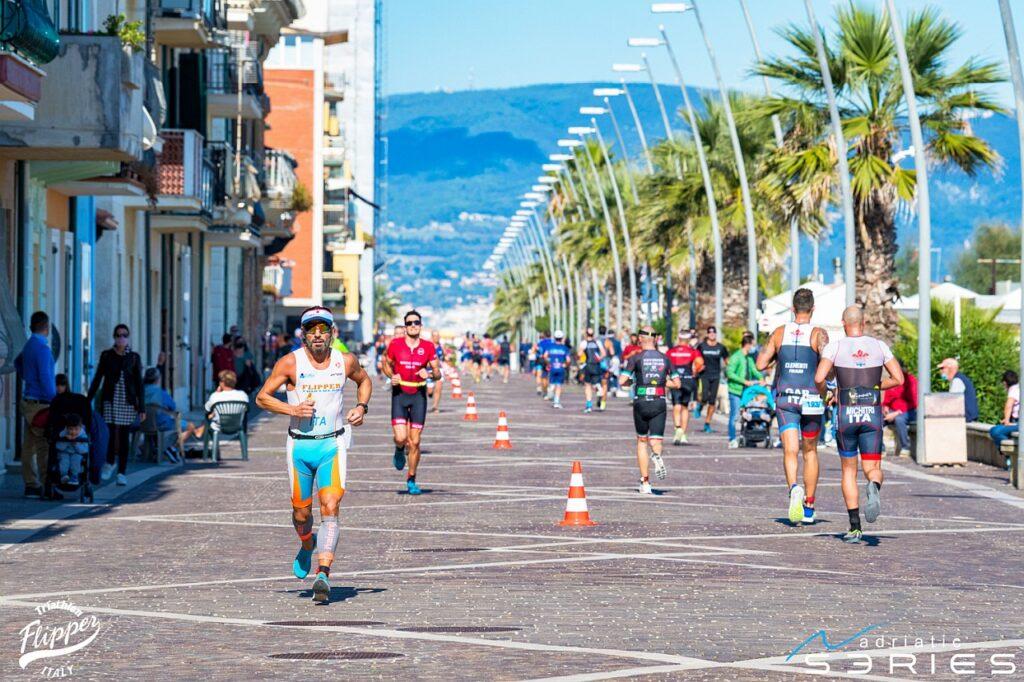 Frazione di corsa sul lungomare al 4° Triathlon Olimpico Città di Porto Recanati (Foto: Roberto Del Bianco)