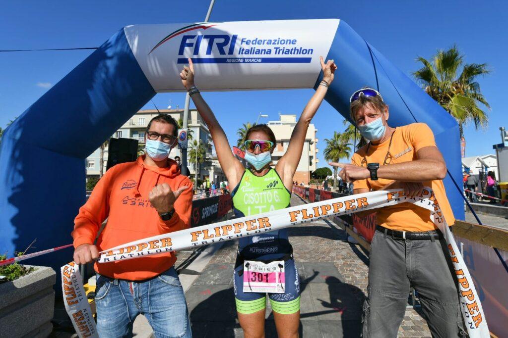 Gloria Cisotto con Raffele Avigliano e Fabrizio Cutela al traguardo del 4° Triathlon Olimpico Città di Porto Recanati (Foto: Roberto Del Vecchio)