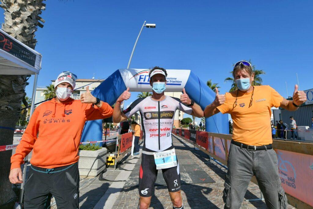 Ruedi Wild insieme con Ezio Amatucci e Raffele Avigliano dopo il traguardo conquistato del 4° Triathlon Olimpico Città di Porto Recanati (Foto: Roberto Del Vecchio)